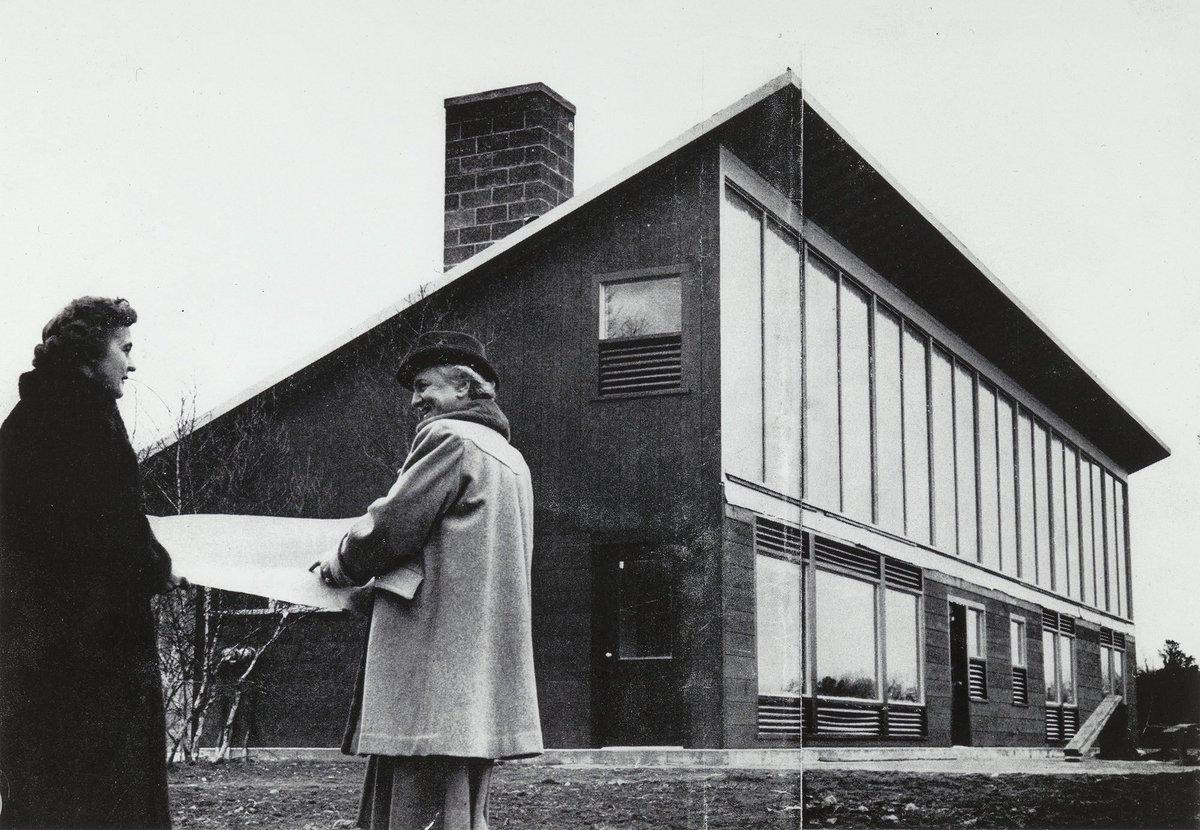 Dra. Mária Telkes em frente à Dover Sun House